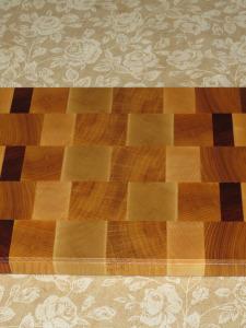 Торцевая разделочная доска из дерева: размер 30х20х2 см.